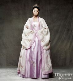 한복 Hanbok for an Empress / Traditional Korean dress ... Reminds me so much of the Empress Ki amazing outfits
