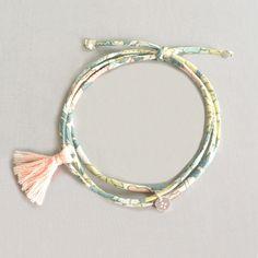 Bracelet lien en Liberty finement cousu et pompon. Fabriqué main en France. http://ticha.bigcartel.com
