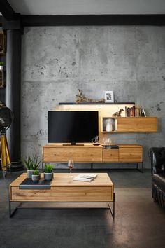 Warmes Massivholz und kühler Beton - ein toller Kontrast fürs Wohnzimmer. #wohnzimmer #wohnzimmerschrank #massivholz #einrichtung #wohnideen #wimmermöbel #wohntrend #holzliebe #vencer #holz #schrank #couchtisch #wandfarbe #eiche
