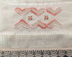 Toalha lavabo Embroidery Stitches, Hand Embroidery, Swedish Weaving, Drawn Thread, Brazilian Embroidery, Rococo, Needlepoint, Hand Sewing, Diy And Crafts