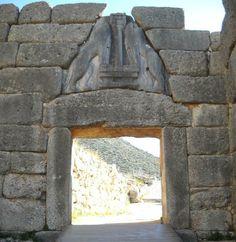 1:Autore) Sconosciuto; 2:Nome/titolo) Porta dei Leoni; 3:Data/periodo) XIV sec a.C. (Civiltà micenea, periodo tardo); 4:Materiale/tecnica) Porta in pietra alta 3m e larga 3,20m, immetteva nell'acropoli del palazzo di Micene.Il varco è costituito da una soglia, due stipiti e un architrave sovrastato, nel triangolo di scarico, da un rilievo, il quale da il nome alla porta, raffigurante due leonesse rampanti che poggiano le zampe anteriori sulla base di una colonna; 5:Luogo di conservazione)…