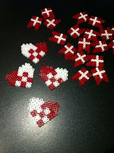 hama perler julehjerte rød hvid Hama Beads Design, Hama Beads Patterns, Beading Patterns, Origami Christmas Ornament, Christmas Crafts, Christmas Decorations, Xmas, Fuse Beads, Perler Beads