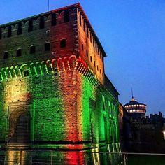 Il nostro Castello si tinge... #milanodavedere foto di : @sberni Milano da Vedere