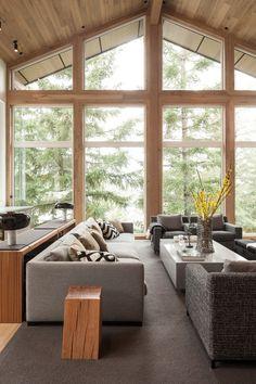 hohe Decken mit Tannenholz verkleidet und Fensterwände im Wohnbereich
