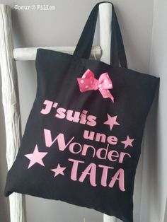 Le tote bag spécial Noël pour wonder TATA ! : Sacs à main par coeur-2-filles Creation Couture, Jute Bags, Silhouette Portrait, Diy For Kids, Stencils, Reusable Tote Bags, Textiles, Cameo, Babysitting