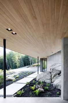 Located in the Laurentian Mountains, La Héronnière sits atop large rocks overlooking a forest. The clients chose the site based on the natural surroundings.