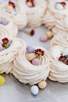 Wielkanocna Pavlova #intermarche #Wielkanoc #Pavlova Mini Pavlova, Lemon Curd Pavlova, Strawberry Pavlova, Lemon Pavlova Recipe, Spring Desserts, Christmas Desserts, Easter Dinner, Easter Brunch, Gourmet
