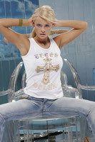 Seduto a cavalcioni di una sedia sulla bionda vetro con coda di cavallo marta-Wisniewska-012.jpg