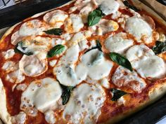 Home made pizza  I love this!   ▪️basilic ▫️mozzarella  ▪️chicken  ▪️ a looooot of tomato sauce