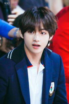 """""""Taehyung be careful """" Jackson. """"What the hell is that . """"Run Taehyung runnnnn . ------ """"Please don't eat me , """" Taehyung . Bts Kim, Kim Namjoon, Kim Taehyung, Jung Hoseok, Seokjin, Taehyung And Baekhyun, Taehyung Gucci, Foto Bts, Bts Photo"""