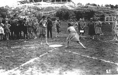 Naisten pesäpallomuotia Helsingin Pallokentällä 1930-luvun taitteessa. Peliasuna kevyt ja väljä mekko. Naispesäpallo käynnistyi 1920-luvun lopulla. Suomen mestaruudesta alettiin pelata 1931.