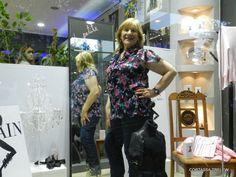 Ella es María Ester, una de nuestras clientas, posando en la vidriera ¡hermosa!