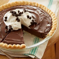 Heaven Chocolate Pie Recipe Ingredients Sweetened whipped cream or whipped topping optional cup sugar 3 cups milk cup cornstarch One pie shell teaspoon salt 4 egg yolks 1 tablespoon vanilla extract 2 cups … Köstliche Desserts, Delicious Desserts, Dessert Recipes, Yummy Food, Chocolate Pie Recipes, Chocolate Desserts, Chocolate Fudge Pie, Chocolate Meringue Pie, Hershey Chocolate