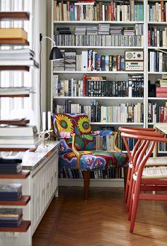 Lovely shelves :) New York. Röda Y-stolar av Hans J Wegner,