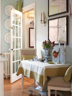 Una Cocina en Blanco y Azul / A White and Blue Kitchen New England Style, New England Homes, Outdoor Table Settings, Kitchen Wall Colors, Aqua Kitchen, Kitchen Dining, House Of Turquoise, Colored Ceiling, House And Home Magazine