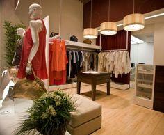 Conheça 15 Ideias criativas para decoração de Lojas de Roupas, você pode inspirar nos modelos e criar algo interessante, oferecendo conforto aos clientes.