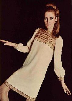 Circa 1966 - Yves Saint Laurent dress Sixties Fashion, 60 Fashion, Fashion History, Vintage Fashion, Fashion Design, Vintage Style, Top Fashion Magazines, Saint Laurent Dress, Vintage Outfits