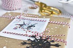 """Weihnachtsgeschenk-Verpackung mit """"schneebesprenkeltem"""" Packpapier"""