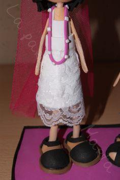 Fofuchas personalizadas de 20 cm de altura, Manuel va vestido con un gorro y corbata fucsia y a Caridad con una corona, un velo y un collar fucsia. Collar, Fashion, Dress, Ties, Caps Hats, Charity, Hot Pink, Veils, Corona