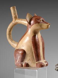 VASE PICHET en ceramique a engobe brune et blanche en forme de renard assis. L'anse en etrier. MOCHE III 200 av JC -450 ap JC Ht 25 cm Une piece similaire est conservee au Princeton University Museum… - Eve - 30/05/2016