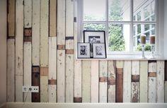 Pared con papel pintado imitación tablones de madera