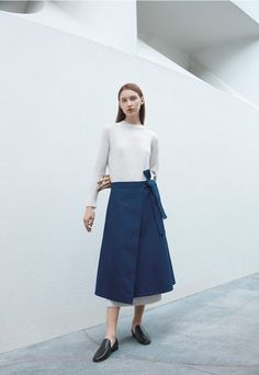 COS x Agnes Martin Guggenheim 2016 Dress: Waffle knit cashmere dress Bottom: Folded wrap-over Fashion Brand, Fashion News, Fashion Design, Cos Fashion, Marlene Hose, Agnes Martin, Shorts Longs, Style Minimaliste, Cashmere Dress