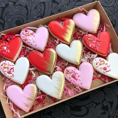 Image may contain: shoes corazon galletas Valentine Desserts, Valentines Day Cookies, Valentines Baking, Valentines Gifts For Boyfriend, Valentines For Kids, Holiday Cookies, Valentine's Day Sugar Cookies, Fancy Cookies, Iced Cookies