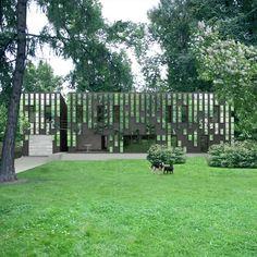 Il giovane progettista russo Boris Bernaskoni ha progettato casa Mirror Mongayt ideando un fronte costituito da pixel di specchi che fanno in modo che la struttura, riflettendo il cielo e la foresta, si diluisca nell'ambiente circostante.