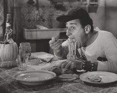 The Italian actor Alberto Sordi sitting dowun at the table and eating spaghetti in the movie 'An American in Rome'. Trattoria Italiana, Spaghetti All Amatriciana, Salsa, Italy Food, People Eating, Italian Pasta, Italian Style, Vintage Italian, Italian Bar