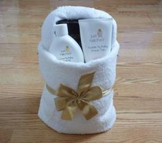 you have a mommy-to-be on your gift list? Love this idea of towel gift baskets!Do you have a mommy-to-be on your gift list? Love this idea of towel gift baskets! Vacation Gift Basket, Homemade Gifts, Diy Gifts, Hang Towels In Bathroom, Towel Basket, Towel Origami, Towel Display, Origami Gifts, 3d Origami