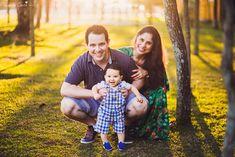 fotos feitas no por do sol, em vitória es, equipamento fotográfico 6D, CANON, fotos de ensaio externo de família, bebê de 6 meses, pais de menino