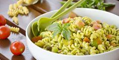 L'insalata di pasta vegetariana è un primo piatto fresco e leggero preparato con pasta corta condita da un pesto leggero, pomodori e uova sode.