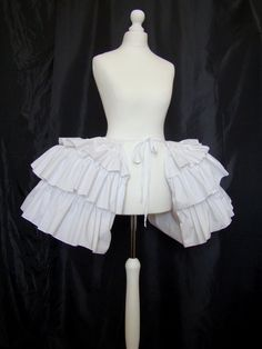 Baskets of the 18th century petticoat Marie-Antoinette Queen of France. Composed of 3 layers of fabric ruffles. 100% cotton quality baskets and 70% cotton 30% polyester for the ruffle is gathered. Underskirt consists of 3 levels of whales. Slip resistant for all dresses even the