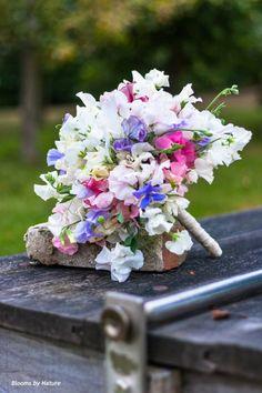 Bruidsboeket Lathyrus bloemen of ook wel siererwt genoemd in verschillende kleurtinten. De lathyrus heeft naast zijn prachtige kleuren ook een heerlijke zachte parfum geur! Als finishing is de steel van het bruidsboeket kort afgewerkt met satijn lint.