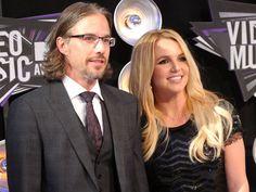 De acuerdo con E! News, ayer por la noche, mientras festejaban su cumpleaños #40, Jason Trawick le hizo a Britney Spears la pregunta del millón. Su ex agente le pidió matrimonio, ¡y la princesa del pop accedió!  El canal de entretenimiento asegura que celebrarán la feliz ocasión esta noche en Las Vegas (donde Spears se casó por primera vez).