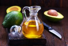 Όλα όσα πρέπει να γνωρίζετε για τα μαγειρικά έλαια Healthy Cholesterol Levels, Lower Cholesterol, Healthy Fats, Sugar Free Fruits, Calorie Dense Foods, Avocado Health Benefits, Good Foods To Eat, Oil Benefits, Lose Weight Naturally