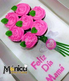 Cupcakes decorados con buttercream, y agrupados parecen ser un ramo de flores. Visita la pag. de MONICA PASTAS Y DULCES