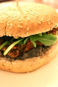 { Recette } Burger végétal au seitan, tartare champignons-noix, tapenade et roquette