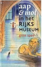 Prentenboek - Mol en Aap gaan in het Rijksmuseum op zoek naar de koningin. Ze zien mooie kunstwerken als De Nachtwacht en Het melkmeisje. Prentvertelling met korte informatie over enige kunstwerken en illustraties in zachte kleuren. Vanaf ca. 5 jaar.