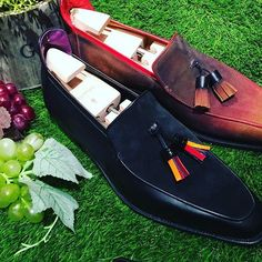 Take out your Brighton Tassel loafers for a picnic under the sun ! 🍇☀️ #Corthay #Paris #Brighton #Tassel #Loafer #Suede #Calf #Black #FeuilledAutomne #Patina #Shoes #TheFinestShoes #LaCouleurCestCorthay #Shoeporn