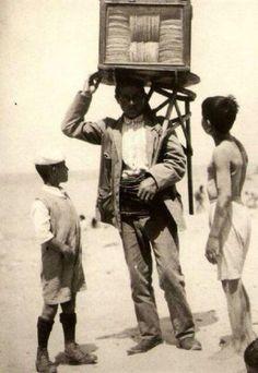 Bir yaz günü Sirkeci'de bir kağıt helva satıcısı ve 2 çocuk (#istanbul, 1910lar) #sirkeci #istanlook