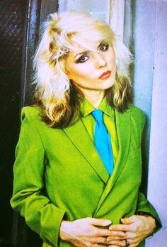 Debbie Harry vintage fashion style icon studio 54 disco punk rock green blazer jacket shirt tie two tone hair rock n roll rocker looks Debbie Harry Hair, Debbie Harry Style, Blondie Debbie Harry, Studio 54, New Wave, Harry Styles, Rock And Roll Girl, Old Navy, Rocker Look