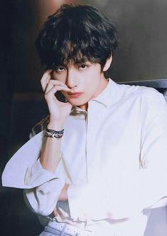 VD för Gucci Entertainment infört i Seoul, Kim Taehyung är en playbo … … Bts Taehyung, Bts Jimin, Bts Bangtan Boy, Namjoon, Taehyung Gucci, Daegu, Foto Bts, Wattpad, Kpop