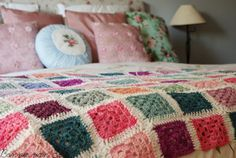 Granny blanket tutorial by Living life creatively, for the Granny Squares and the method of joining.