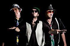 No clima hightech, com luz negra e fluorescente, grupo toca um repertório de antigos sucessos e canções inéditas