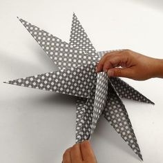 Stars made of square paper with 7 points DIY instructions- Sterne aus quadratischem Papier mit 7 Zacken Origami Diy, Origami Stars, Origami Design, 3d Paper Star, Paper Stars, Christmas Star, Christmas Design, Diy Paper, Paper Crafts