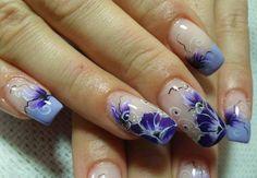 Unhas de porcelana flores azuis.