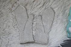 Kantapäitä ja karvapalloja: Pystyraitalapaset intialaisella peukalolla Knitting Socks, Knit Socks, Twine, Mittens, Hands, Adidas, Fingerless Mitts, Sock Knitting, Fingerless Mittens