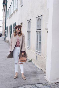 Streetstyle Outfit mit Mantel und Baskenmütze