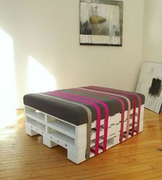 Pallet Ottoman (or bed?) Creative Ways to Repurpose Pallets Wood Pallet Tables, Wooden Pallet Projects, Pallet Crafts, Pallet Ideas, Pallet Seating, Pallet Stool, Outdoor Pallet, Pallet Bar, Pallet Benches